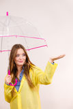 Vrouw in regendichte laag met paraplu forecasting royalty-vrije stock afbeelding