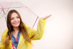 Vrouw in regendichte laag met paraplu forecasting stock foto's