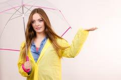 Vrouw in regendichte laag met paraplu forecasting stock afbeeldingen