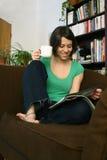 Vrouw relaxe in woonkamer Royalty-vrije Stock Afbeelding