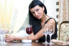Vrouw in restaurant Royalty-vrije Stock Afbeelding