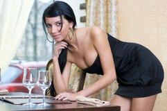 Vrouw in restaurant Stock Afbeeldingen