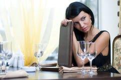 Vrouw in restaurent in afwachting van Royalty-vrije Stock Foto's