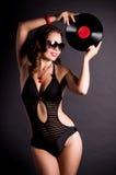 Vrouw in retro stijl met vinylplaat Stock Foto's