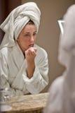 Vrouw in Robe Stock Afbeeldingen