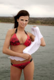 Vrouw in rode bikini met witte sarongen Royalty-vrije Stock Foto's