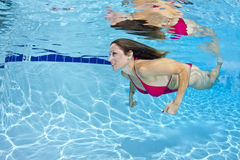 Vrouw in Rode Bikini Onderwater Royalty-vrije Stock Afbeeldingen
