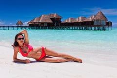 Vrouw in rode bikini in strandbestemming stock afbeeldingen