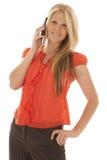 Vrouw in rode bovenkant bij telefoon het glimlachen Royalty-vrije Stock Foto's