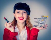 Vrouw in rode cardigan en hoed met lippenstift en kar stock foto's