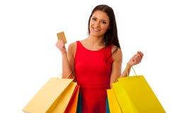 Vrouw in rode die kleding met het winkelen zakken van aankoop in mal worden opgewekt royalty-vrije stock afbeelding