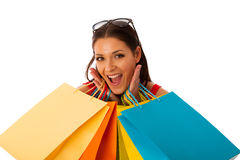 Vrouw in rode die kleding met het winkelen zakken van aankoop in mal worden opgewekt royalty-vrije stock fotografie
