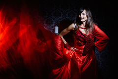 Vrouw in rode golvende kleding in binnenland Stock Foto's