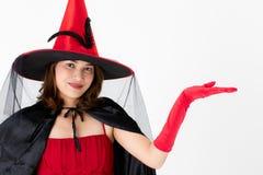 Vrouw in rode kleding die hoed op witte achtergrond dragen stock foto's