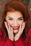 Vrouw in rode kleding en rode lippenstift op haar en lippen die in camera glimlachen kijken Stock Afbeeldingen