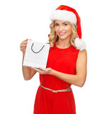 Vrouw in rode kleding met het winkelen zak Stock Foto