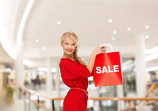 Vrouw in rode kleding met het winkelen zak Stock Fotografie