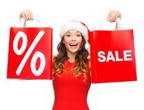 Vrouw in rode kleding met het winkelen zakken Stock Afbeelding