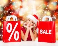 Vrouw in rode kleding met het winkelen zakken Royalty-vrije Stock Fotografie