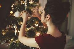 Vrouw in rode kleding over de achtergrond van de Kerstmisboom Royalty-vrije Stock Foto