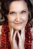 Vrouw in rode koralen Royalty-vrije Stock Afbeeldingen