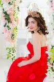 Vrouw in rode lange kleding Stock Foto's