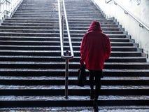 Vrouw in rode regenjas op treden Royalty-vrije Stock Afbeelding