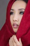Vrouw in rode sjaal royalty-vrije stock fotografie