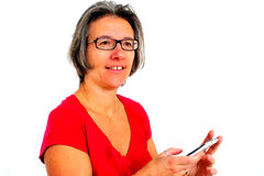 Vrouw in rode t-shirt op smartphone in studio royalty-vrije stock afbeeldingen