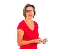 Vrouw in rode t-shirt op smartphone in studio stock foto's