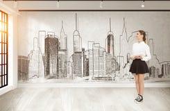 Vrouw in rok en cityscape Royalty-vrije Stock Foto
