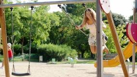 vrouw in rok op schommeling in de zomer Stock Foto's