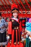 Vrouw in rood en zwart volkskostuum in Kyrgyzstan Royalty-vrije Stock Fotografie
