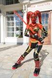 Vrouw in rood kostuum van Jedi bij festival Stock Fotografie