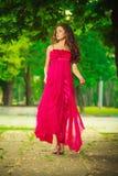 Vrouw in rood in park royalty-vrije stock afbeelding