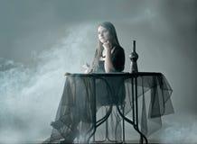 Vrouw in rook Stock Afbeelding