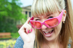 Vrouw in roze glazen Stock Fotografie