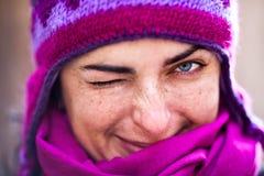 Vrouw in roze GLB. Stock Foto