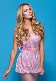 Vrouw in roze kleding stock afbeelding