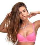 Vrouw in roze moderne ondergoedbustehouder en de juwelen van de manierhalsband Stock Afbeelding