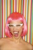 Vrouw in roze pruik. Royalty-vrije Stock Afbeelding