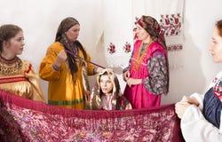 Vrouw in Russische volkskostuums Royalty-vrije Stock Afbeeldingen