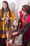 Vrouw in Russische volkskostuums Stock Foto's