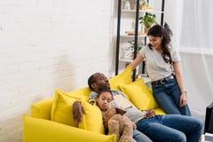 vrouw samen letten die op hoe haar echtgenoot en dochterslaap stock afbeeldingen