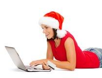 Vrouw in santahoed met laptop en creditcard Royalty-vrije Stock Afbeelding