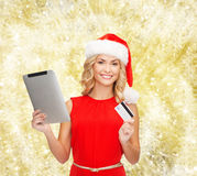 Vrouw in santahoed met tabletpc en creditcard Stock Fotografie