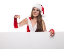 Vrouw in santakleding en hoed met een leeg aanplakbord op een wit Royalty-vrije Stock Afbeeldingen