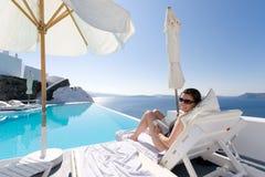 Vrouw in Santorini, Griekenland Stock Fotografie