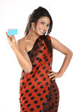 Vrouw in Sari met creditcard Stock Fotografie