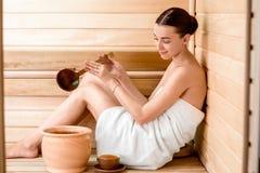 Vrouw in sauna Stock Afbeeldingen